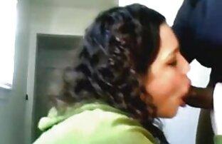 Remaja tante hot porn berambut keriting biarkan ayah pacarnya menempelkan vaginanya di sofa.