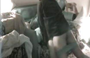 Ayah bokep xxx hot Tua memberikan gairah blowjob kepada nyonya muda di sofa putih.